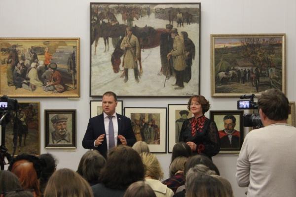 Коммунист-депутат Дмитрий Коломиец принял участие в открытии художественной выставки в честь Октябрьской революции