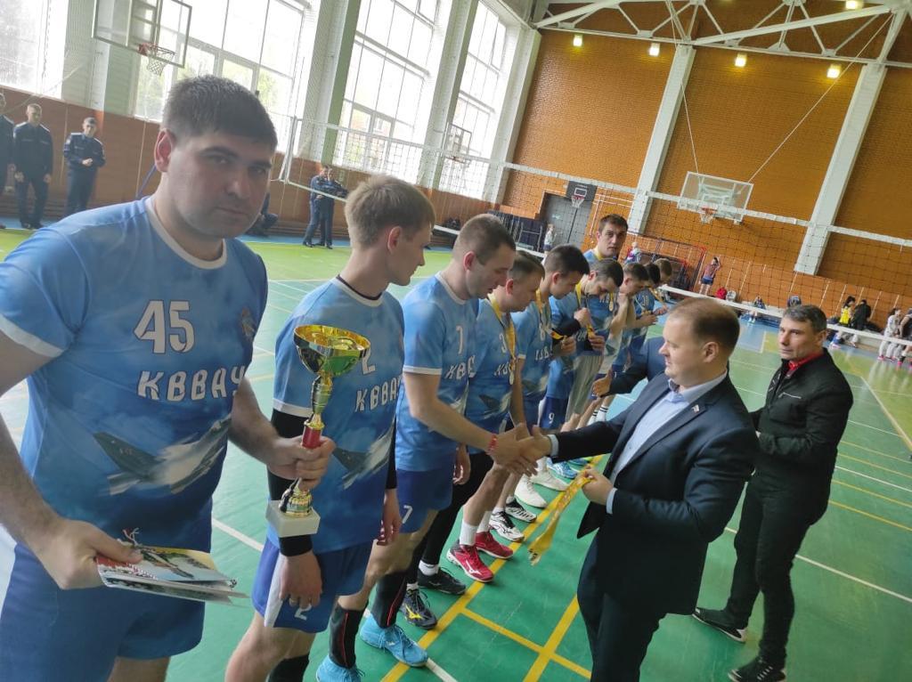 Краснодар. Коммунист-депутат Дмитрий Коломиец поздравил победителей турнира по волейболу